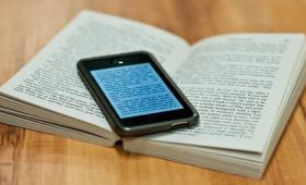 Какие имеются различия между родителями и детьми при чтении ими печатных и электронных книг?