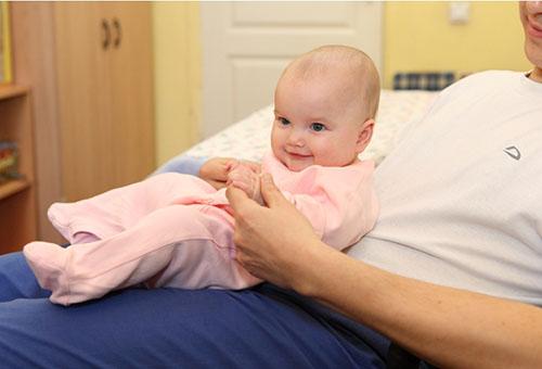 Малыш держит голову уже в 1 месяц