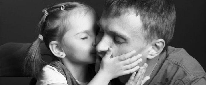 Папа пришел к дочке пока она спала